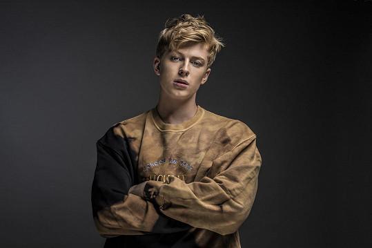 Zpěvák Adam Mišík v nové autorské písni s názvem V Tobě představuje svou ryzí muzikantskou tvář.