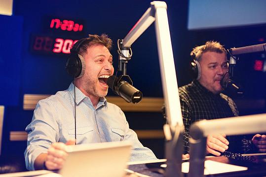 Ve studiu posluchače přivádělo do varu i populární duo Těžkej Pokondr.