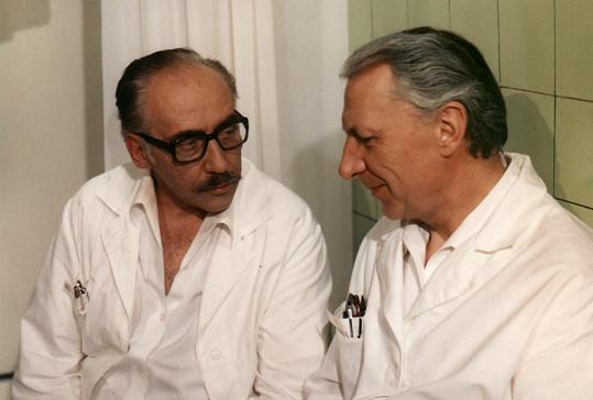 Miloš Kopecký jako doktor Štrosmajer ve své nejslavnější televizní roli v seriálu Nemocnice na kraji města