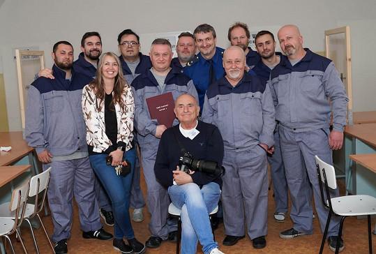 Se štábem a členy vězeňské služby.