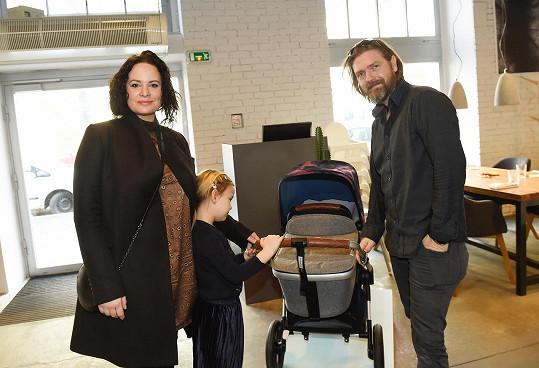 Jitka Čvančarová s manželem vybírali kočárek pro druhého potomka.