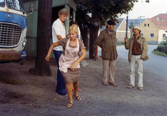 V roli Humlova vnuka se v jedné ze svých prvních televizních rolí objevil Jiří Schmitzer (vlevo). Režisér Filip přiznal, že ho do role dohodil jeho táta Jiří Sovák. Na snímku dále Gabriela Vránová a Josef Kemr (vpravo).