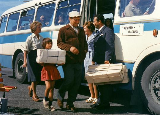 Nejvyšší honorář si odnesl Vladimír Menšík (vpravo), který hrál nevěrného řidiče autobusu Tondu Čiháka. Na fotce dále vidíte Josefa Větrovce, Jiřinu Bohdalovou (vpravo) nebo malou Mahulenu Bočanovou.