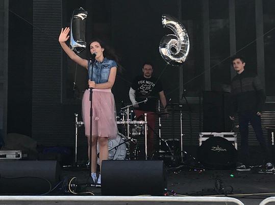 Pochlubila se balonky s číslem 16.