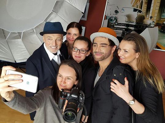 Na place byla dobrá nálada. S Karlem a Sagvanem na fotce jsou fotografka Lenka Hatašová, tisková mluvčí Aneta Stolzová, Jája Klíčová z produkce muzikálu a vizážistka Michaela Ohemová.