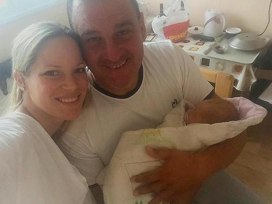 Davide Mattioli s manželkou a synem Sebastianem. I on přišel na svět v září.