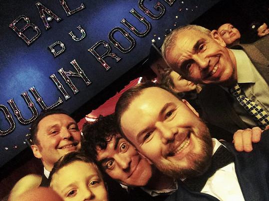 Jan Smigmator se svými přáteli ve foyer Moulin Rouge. Nejrychlejší žonglér světa Mario Berousek se synem, slavný italský komik Jimmy Folco, Jan Smigmator a umělecký ředitel legendárního kabaretu Thierry Outrilla