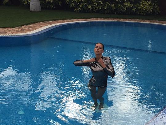 Oblečená fotila také v bazénu.