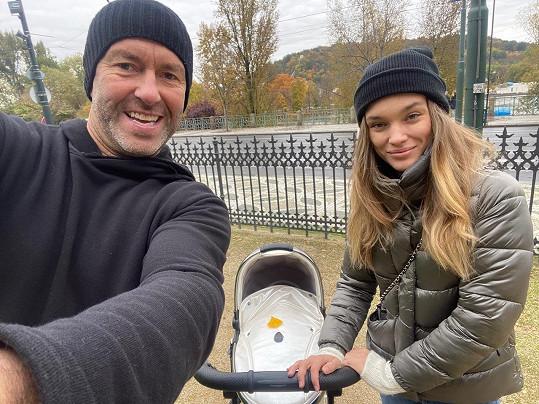 Hokejista Petr Nedvěd a modelka Nicole Volfová se radují z holčičky Naomi.