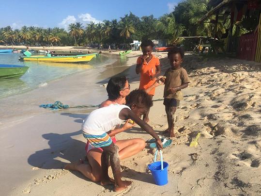 Moderátorka s místními dětmi na ostrově Saint Lucia