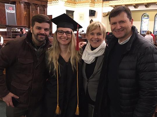 Pyšní rodiče na promoci Báry ve Philadelphii v roce 2017