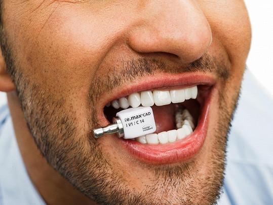 Zuby má teď dobře připravené na sání krve.