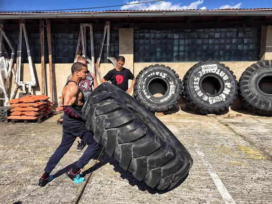 Místo činek používá zpěvák například tuto pneumatiku o váze 350 kilogramů.