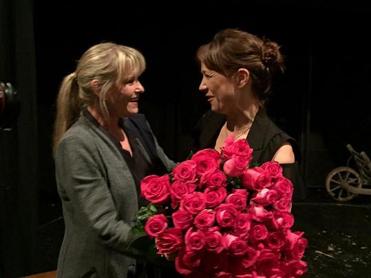 Kytici předala kolegyně Chantal a gratulaci pronesla francouzsky.