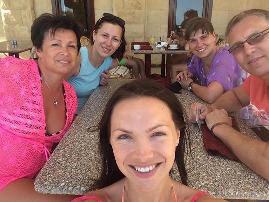 S rodinou po večeři v hotelovém resortu