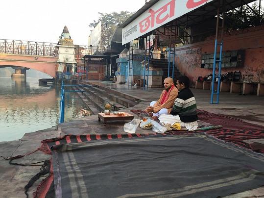 Rytmus navštívil v Indii kněze.