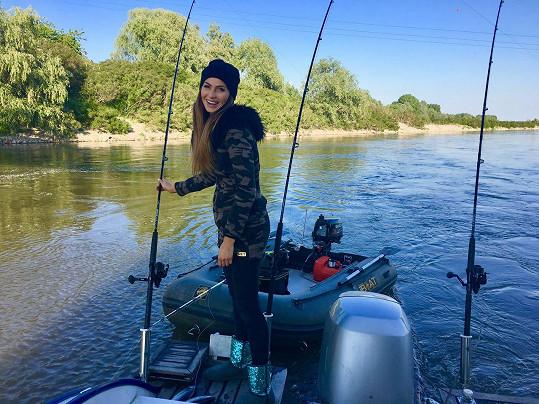 Eliška tráví dovolenou na řece v Itálii.