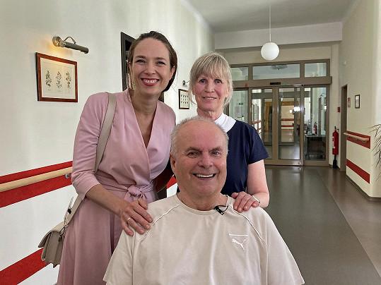 Alfred Strejček se svou životní přítelkyní Jitkou Molavcovou a s průvodkyní dílem a rodinnou přítelkyní Terezou Kostkovou.