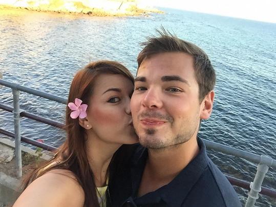 Karolina s Michalem na dovolené na Sardinii. Za měsíc bude muset odjet opět do Filadelfie.