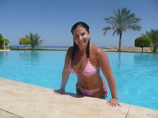 Marcela si užívá sluníčka na dovolené v Egyptě.