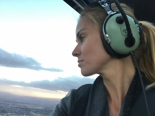 Lucca si užívá výlet helikoptérou.