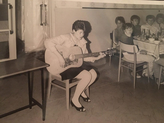 Ilona Csáková a její první veřejné vystoupení