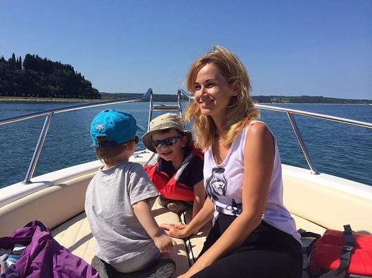 Se syny na lodi ve Slovinsku.