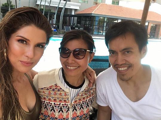 S členkou produkce a thajským fotografem Aeerem Jirou
