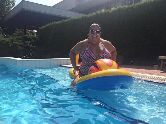 Aneta Christovová tráví horké dny u bazénu.