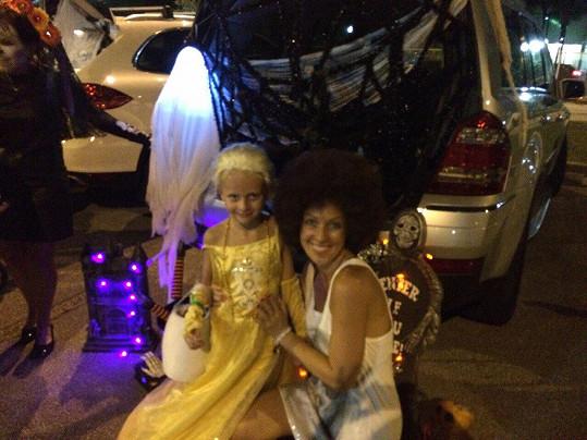 Zuza a Salma během večerní party