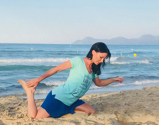 Jógu cvičí denně a nelenila ani na dovolené.