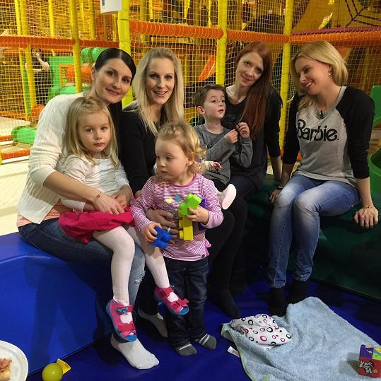 Holki s dětmi při natáčení s Katkou Kristelovou