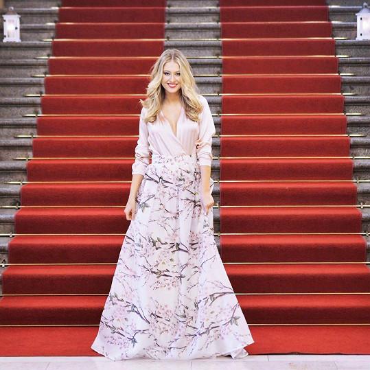 Česká Miss World 2016 Natálie Kotková má na sobě sukni z hedvábné organzy s potiskem rozkvetlé třešně. Sukni doplnila halenkou, rovněž z hedvábí, ve světle růžové barvě.