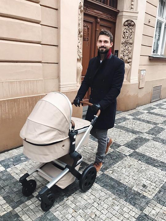 Hrdý tatínek Yuri Vonchitzki během první procházky.