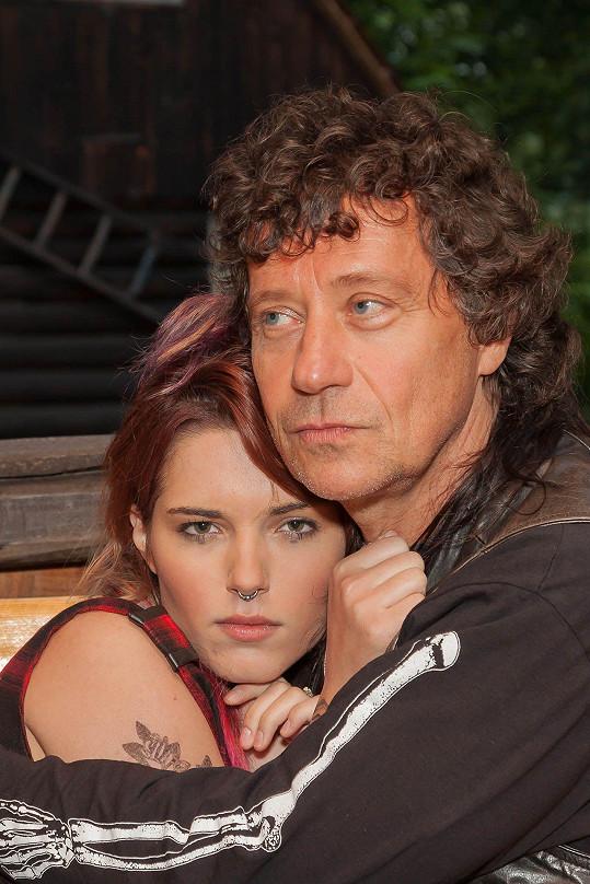 Jeho partnerku hraje polská hvězda Michalina Olszańská.