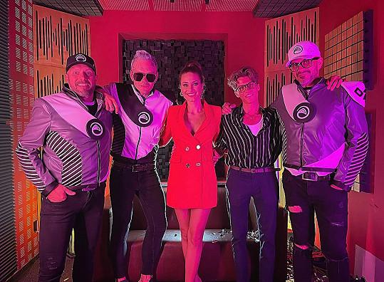 Karolína Kokešová s kapelou Vesmírná posádka