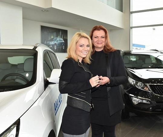 Michaela s Karolínou Topolovou, která jí s výběrem auta pomáhala.