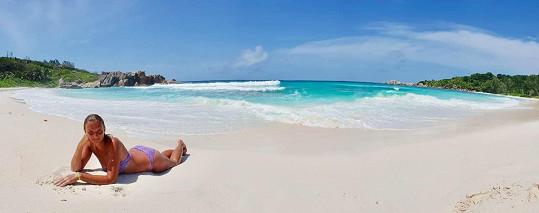 Bílý písek a tyrkysové moře lákaly k lenošení.