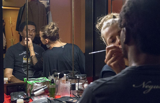 Při proměně v Černocha pomáhá herci maskérka.