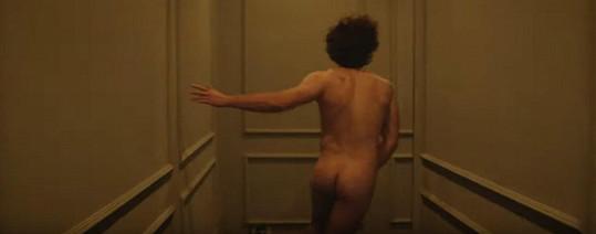 Během natáčení šel zpěvák i do naha.