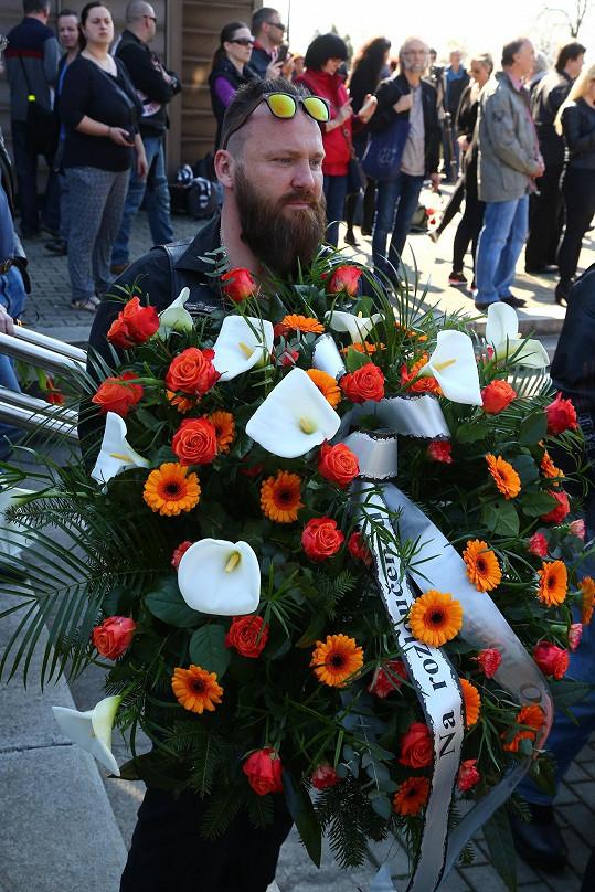I oni přinesli řadu věnců a květin.