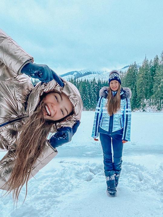 Se starší sestrou si mladá zpěvačka užívala na horách.