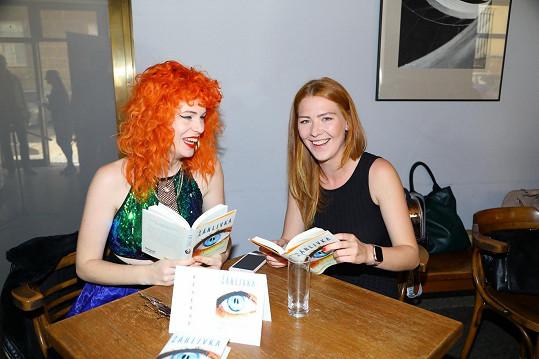 Žofie s kolegyní zpěvačkou Debbi byly kmotrami knihy Lenky Pastorčákové Žárlivka.