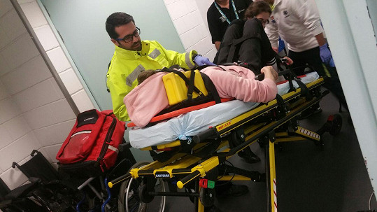 Zpěvák při převozu do nemocnice