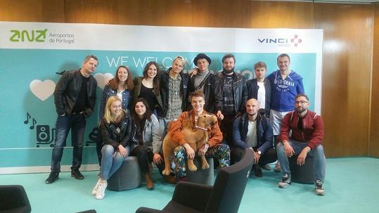 Mikolas se svým týmem po příletu na Eurovizi.