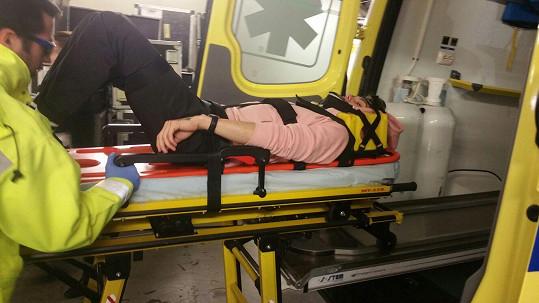 Mikolas se po zranění nemůže postavit na nohy.