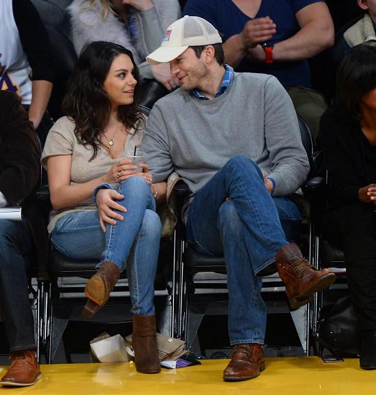 Ashton Kutcher a Mila Kunis koncem roku navštívili basketbalový zápas. Nemohli od sebe odtrhnout oči.