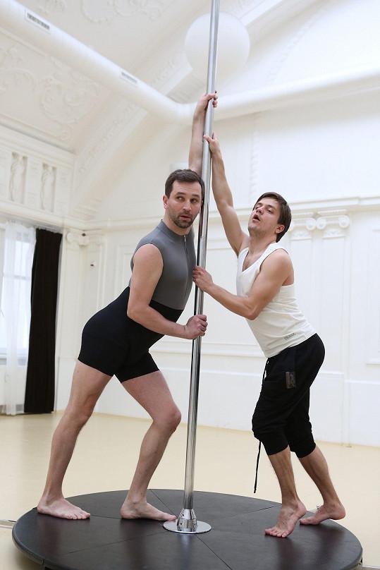 Sokol a Mádl na pole dance nejsou zrovna stavění. Oni jsou ale přesvědčeni o opaku.