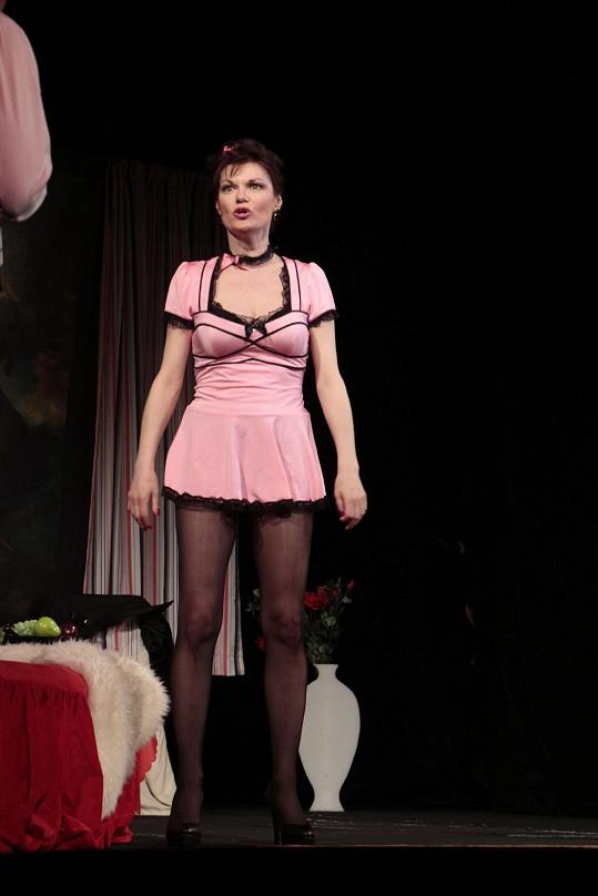 V kostýmu prostitutky vzbuzuje Simona u diváků salvy smíchu...