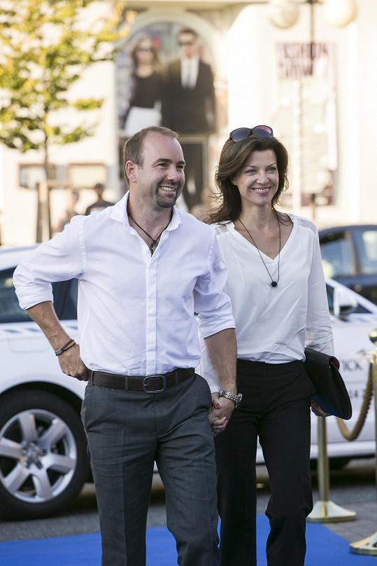 Aleš a Elen Valentovi přicházejí zhlédnout hlavní program akce.